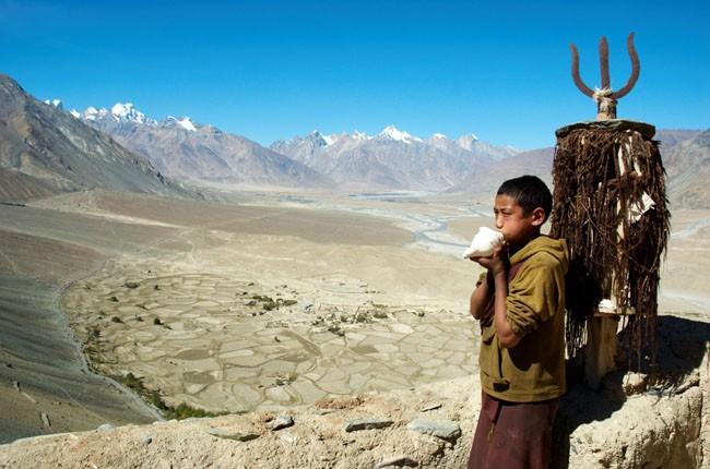02-Culture-Ladakh-Young-Tibetan-monk-buddisht-monastery-8a82794a67
