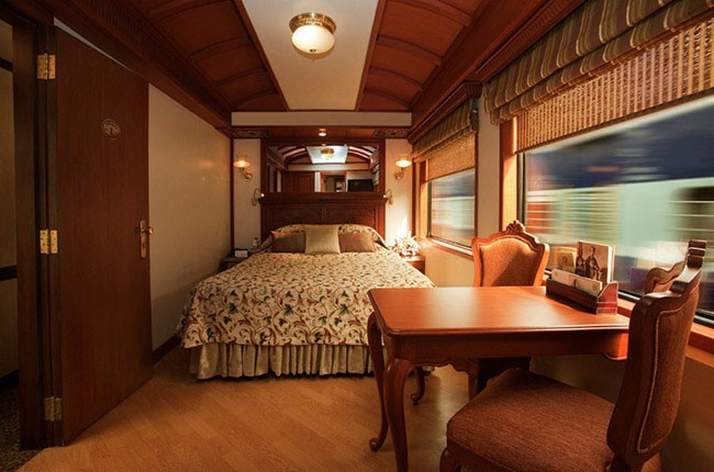 06-maharaja-express-bedroom-and-side-table-e27ca4a58d